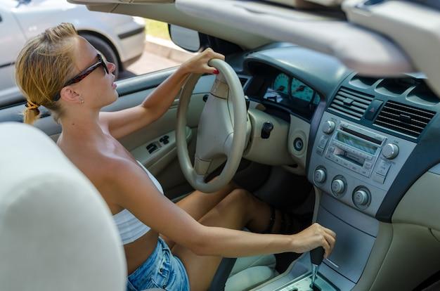Mujer conduciendo en un estacionamiento Foto Premium