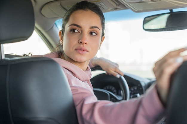 Mujer conductora yendo en reversa Foto gratis