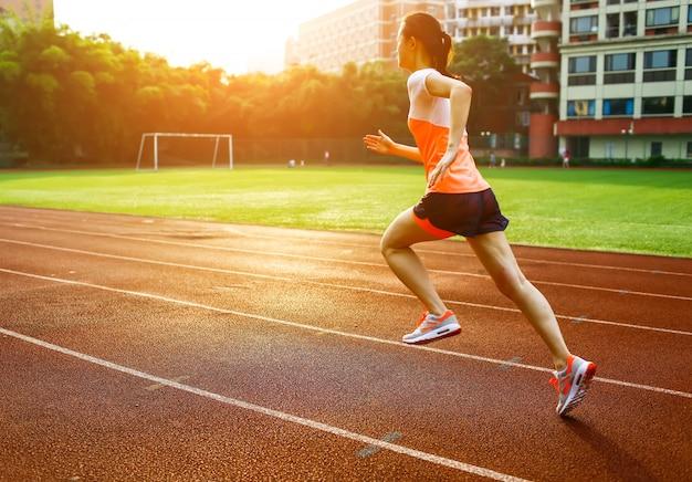 Mujer corriendo al atardecer Foto gratis