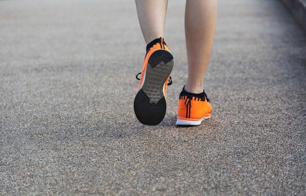 Una mujer corriendo por la mañana para correr Foto Premium