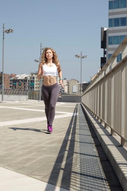Mujer corriendo en milán Foto Premium