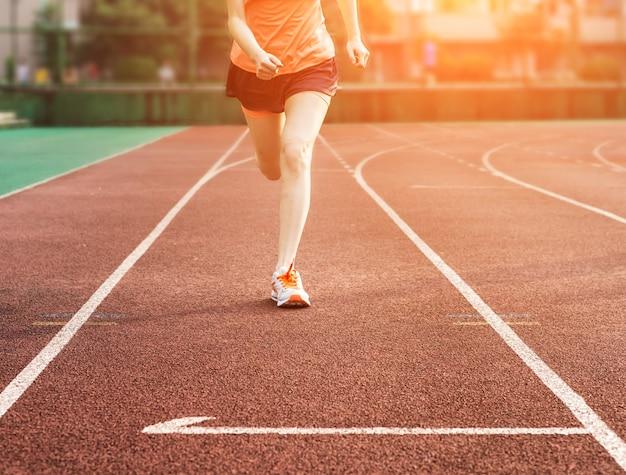 Mujer corriendo en una pista Foto gratis