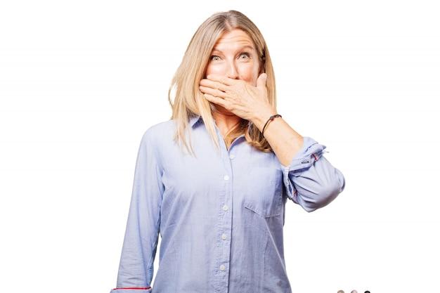 Mujer cubriéndose los boca Foto gratis