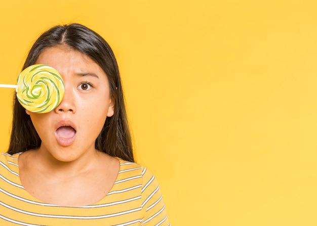 Mujer cubriéndose los ojos y sorprendida Foto gratis