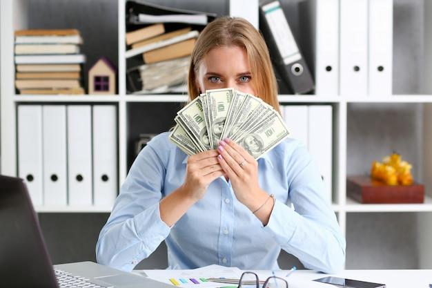 La mujer cuenta billetes de cien dólares Foto Premium