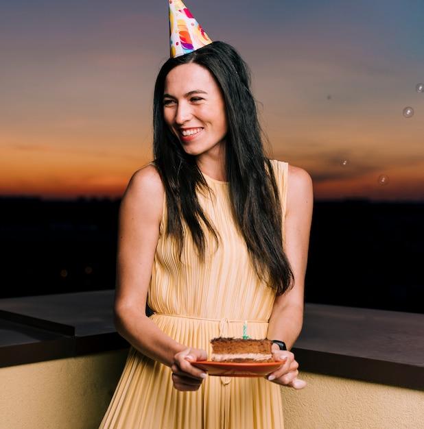 Mujer de cumpleaños celebrando en la azotea Foto gratis