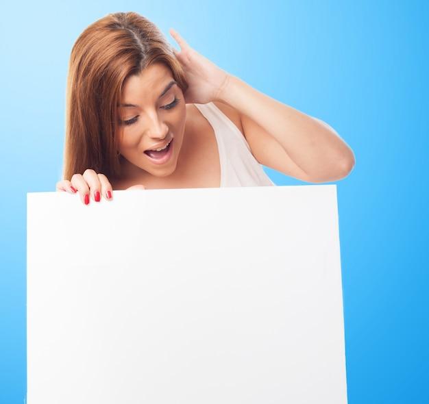 Mujer dada con la cartelera vacía Foto gratis