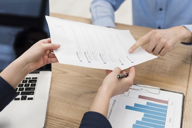 Mujer dando contrato hombre para firmar un nuevo trabajo Foto Premium