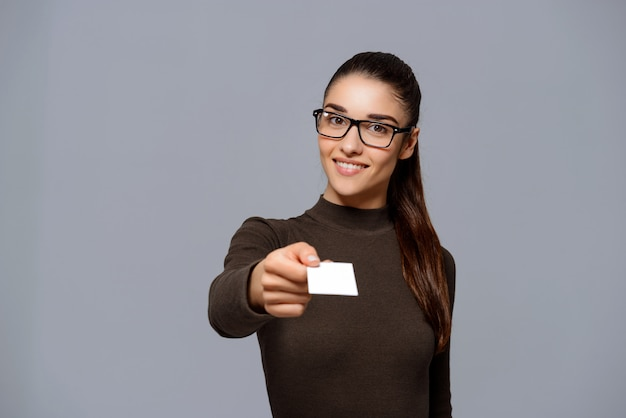 Mujer dando tarjetas de visita Foto gratis