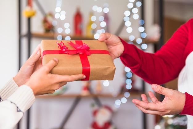 Mujer, dar, regalo, a, niño | Foto Gratis