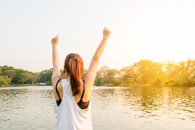Mujer de estilo de vida eleva la felicidad femenina Foto Gratis