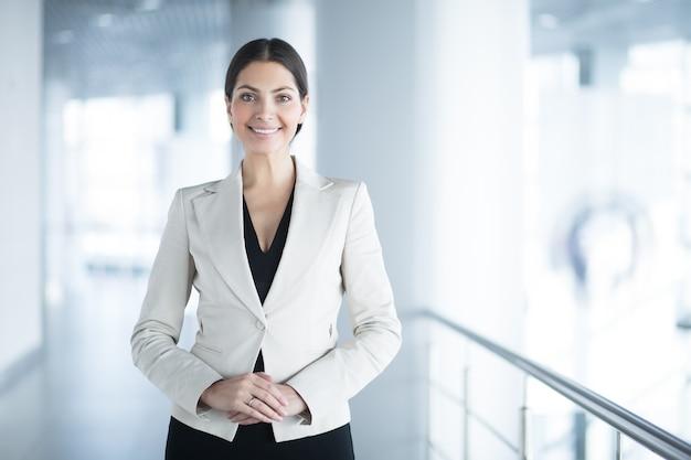Mujer de negocios elegante feliz en la oficina pasillo for Follando en la oficina gratis