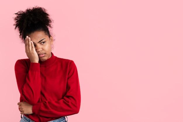 Mujer decepcionada posando con espacio de copia Foto gratis