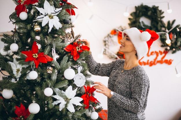 Mujer Decorar árbol De Navidad Foto Gratis