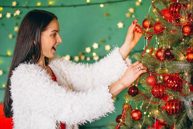 Mujer Decorar árbol De Navidad Descargar Fotos Gratis