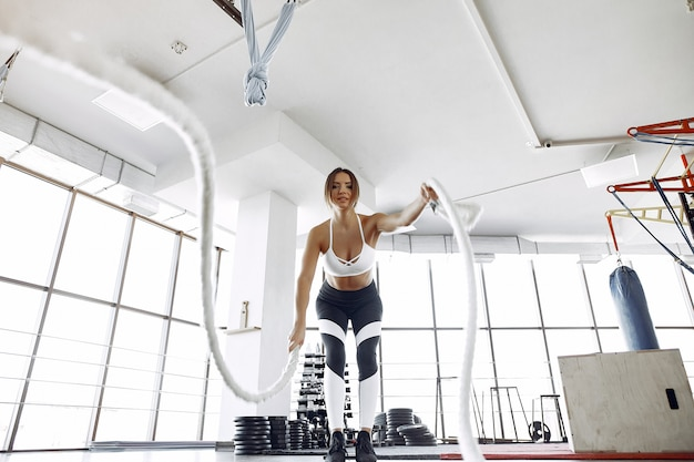 Mujer deportiva entrenando en un gimnasio de la mañana Foto gratis