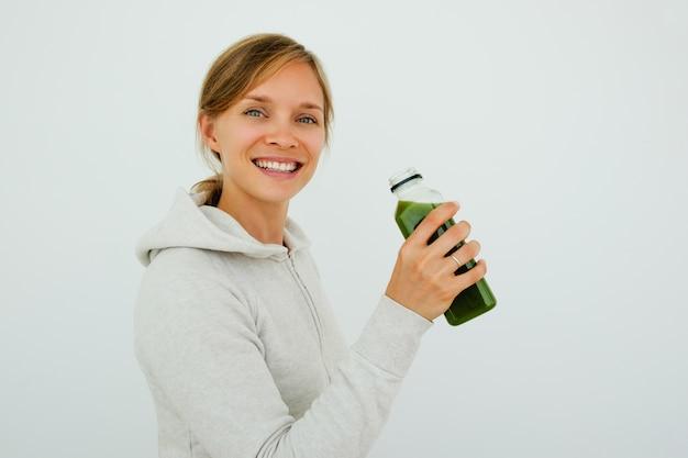 Mujer deportiva optimista mantener una dieta equilibrada Foto gratis