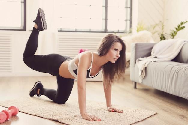 Mujer deportiva trabajando en casa Foto gratis