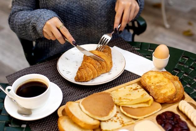 desayuno-croissant