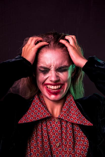 Mujer desesperada sosteniendo su cabeza con las manos Foto gratis
