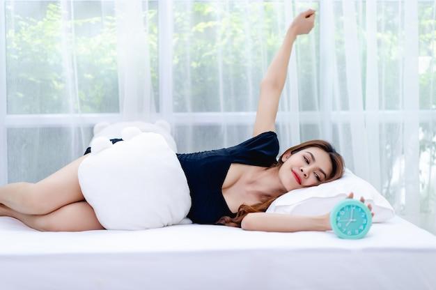 La mujer se despertó por la mañana con una sonrisa brillante. Foto Premium