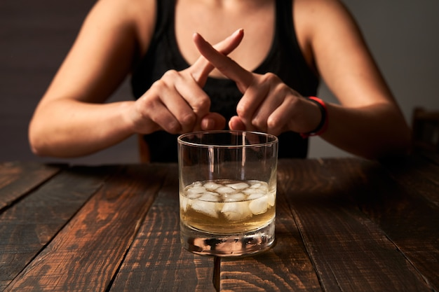 Mujer diciendo no y evitando beber alcohol. concepto de alcoholismo,  adicción y rehabilitación. | Foto Premium