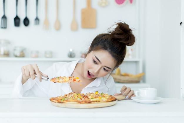 Mujer disfrutando de pizza Foto gratis