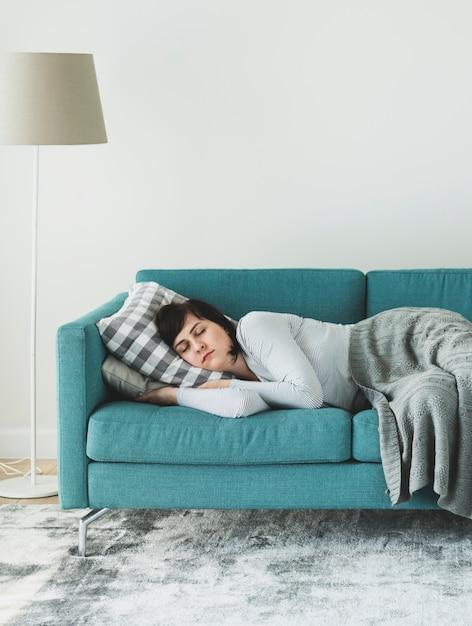 Mujer durmiendo en el sofá Foto Premium