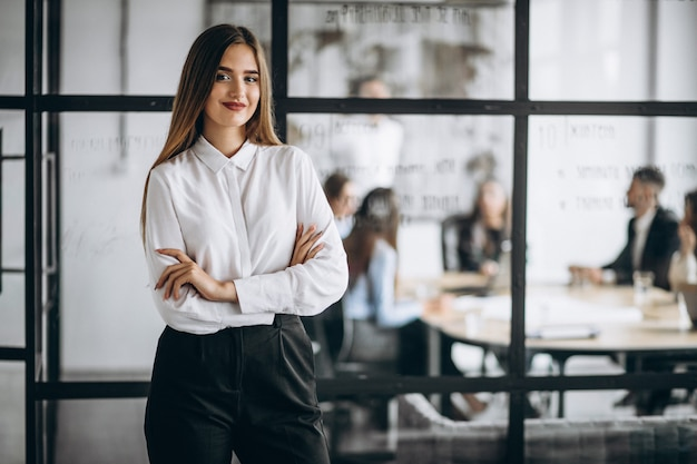 Mujer ejecutiva de negocios en una oficina Foto gratis