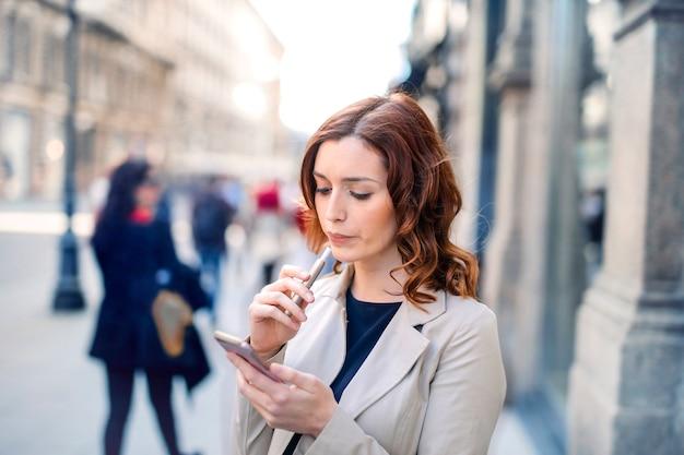 Mujer elegante en la ciudad Foto Premium