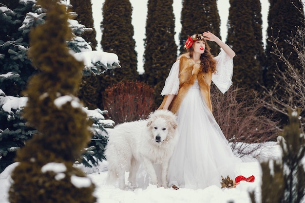 Mujer elegante con un vestido largo blanco. Foto gratis