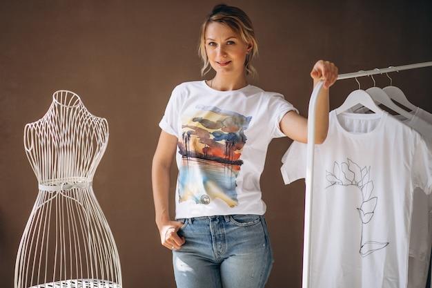 Mujer eligiendo una camisa blanca Foto gratis