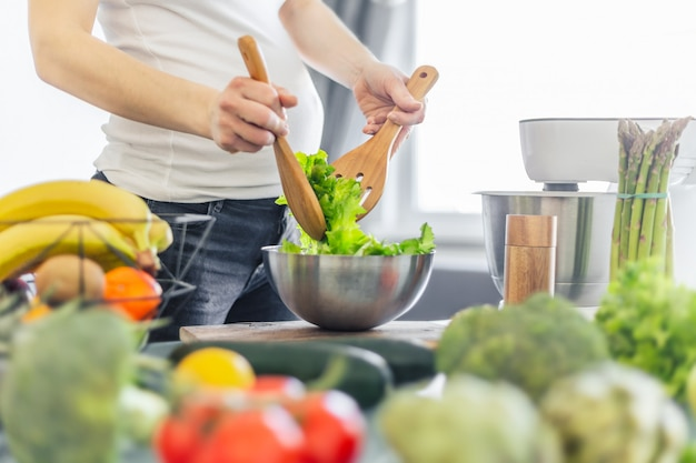 Mujer embarazada cocinar comida sana Foto gratis