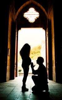 mujer embarazada en una iglesia Foto Gratis