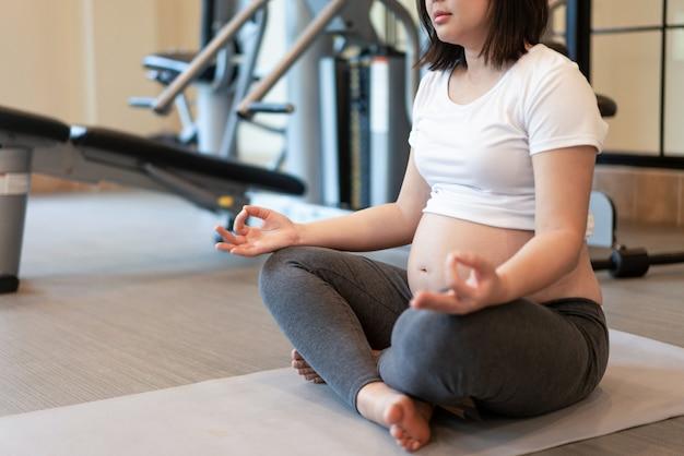 Mujer embarazada feliz y esperando bebé. Foto Premium