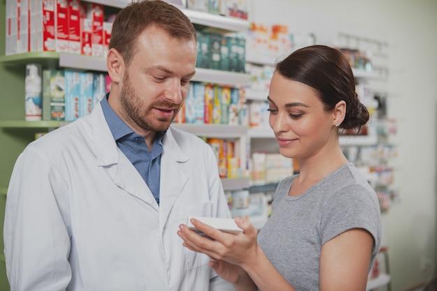 Mujer encantadora de compras en la farmacia Foto Premium