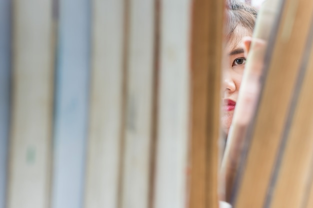 Mujer encontrando un libro en la biblioteca Foto Premium