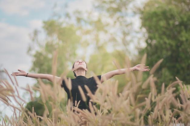 Mujer se encuentra en un hermoso prado Foto Premium