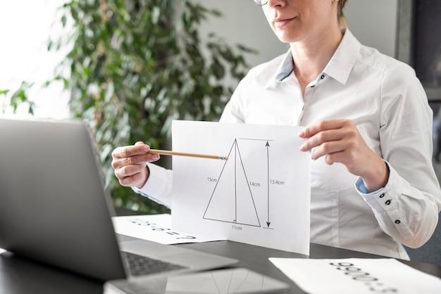 Mujer enseñando su clase en línea Foto Premium