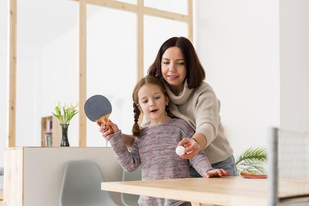 Mujer, enseñanza, hija, ping pong Foto Premium