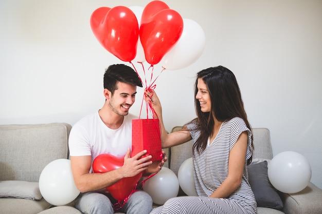 Resultado de imagen para entregando globos