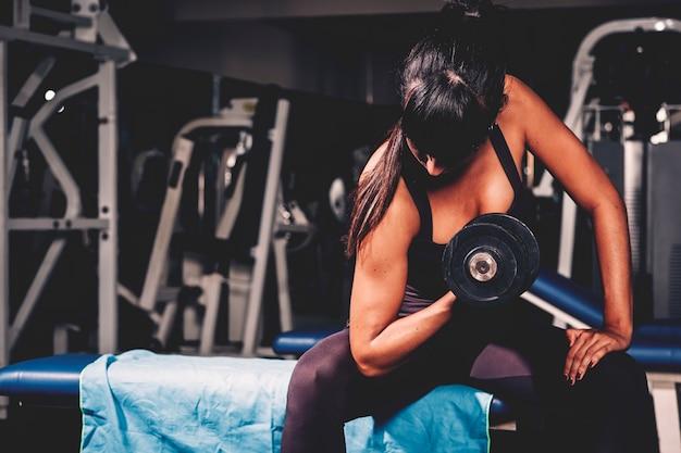 Mujer entrenando en gimnasio Foto gratis