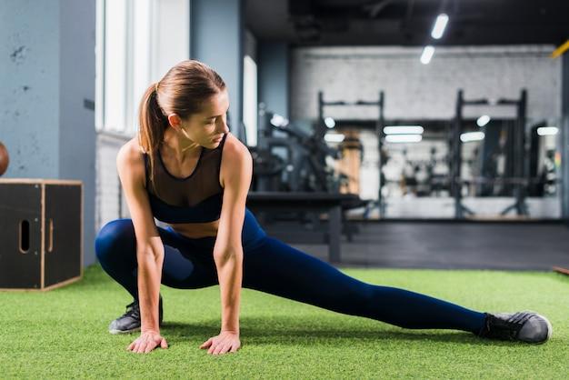 Mujer entrenando en el gimnasio Foto gratis