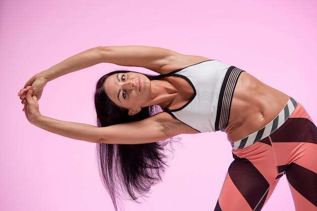 Mujer entrenando en ropa deportiva Foto gratis