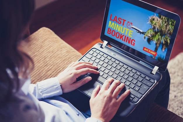 Mujer escribiendo en un portátil Foto Gratis