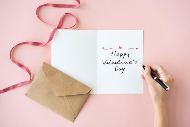 Mujer escribiendo una tarjeta de feliz día de san valentín Foto Premium