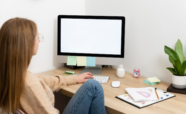 Mujer, en el escritorio, trabajar Foto gratis
