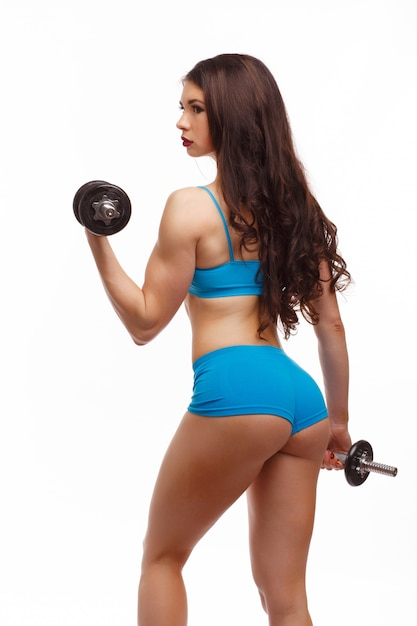 Mujer de espalda levantando una pesa Foto gratis