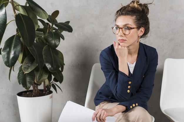 Mujer esperando pacientemente su entrevista de trabajo Foto gratis