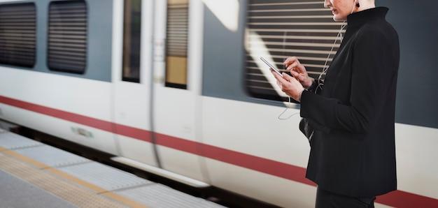 Mujer esperando un tren en la plataforma Foto gratis